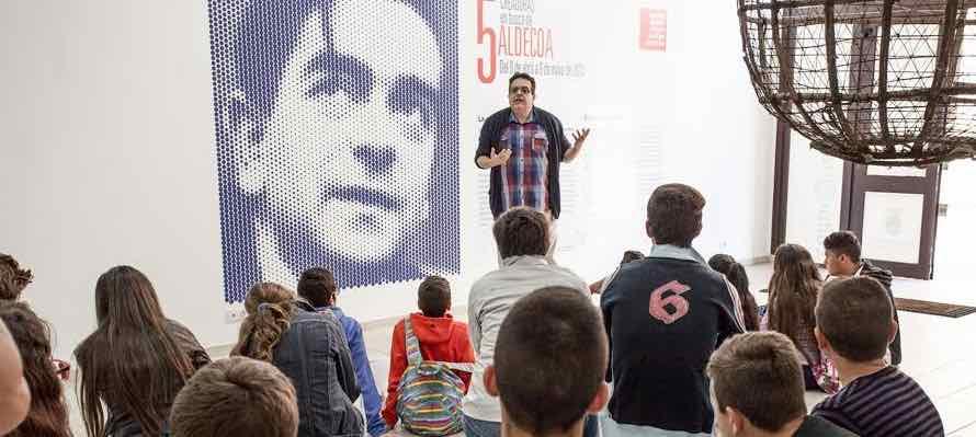 Alumnos del CEO Ignacio Aldecoa de La Graciosa visitaron hoy la muestra dedicada al escritor vasco en la Sala El Charco de San Ginés