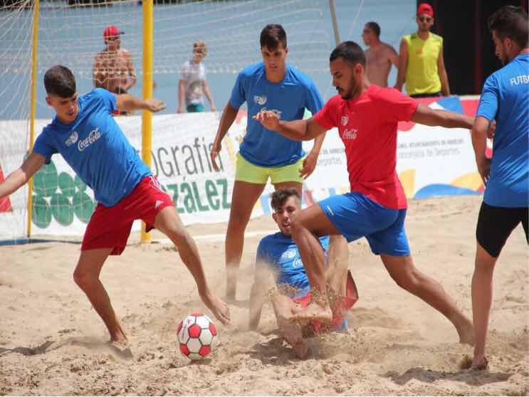 El balón ya rueda sobre la arena de El Reducto en el Campeonato de Canarias de Fútbol Playa