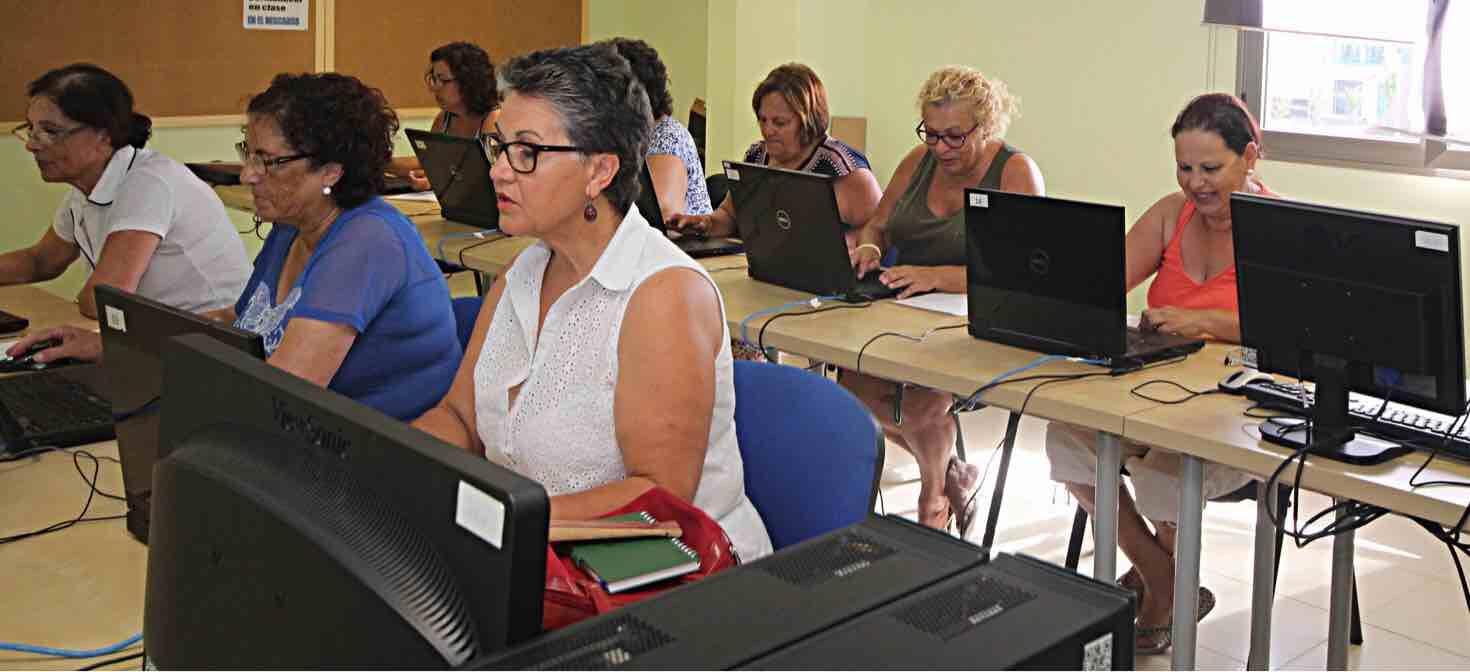 Los mayores del municipio de Tías se inician en el mundo de la informática a través de diversos cursos gratuitos