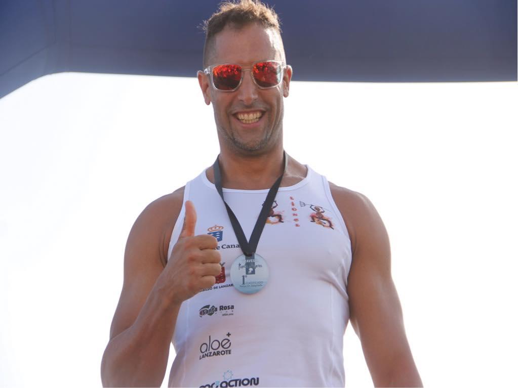 El presidente del Cabildo de Lanzarote felicita a Lionel Morales, campeón de España de paratriatlón