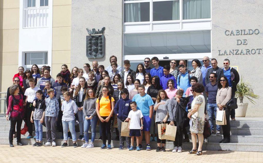 El presidente del Cabildo de Lanzarote y el director insular de la Consejería de Educación y Universidades del Gobierno de Canarias reciben a los estudiantes franceses del proyecto educativo 'Erasmus Plus'