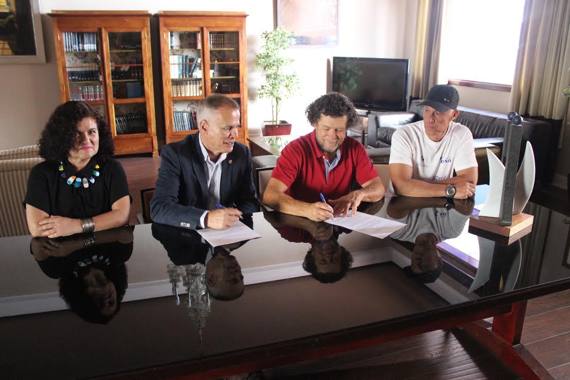 El RCNA y Paco Curbelo firman el acuerdo para una escultura de 5 metros de altura