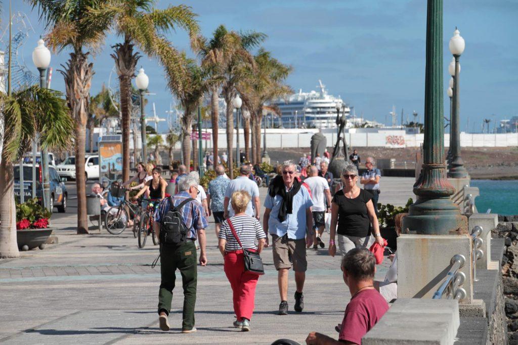 Lanzarote continúa mostrando su fortaleza como destino y se mantiene estable en la afluencia de turistas, pese al descenso generalizado de Canarias