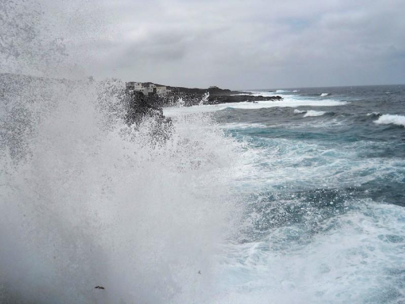 El Gobierno de Canarias declara la situación de alerta por fenómenos costeros y vientos; e informa que continúa la prealerta por lluvias y tormentas