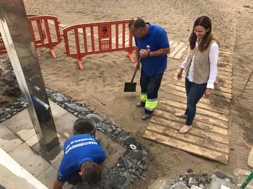 El Ayuntamiento de Tías instala 20 nuevas duchas en todas las playas de Puerto del Carmen