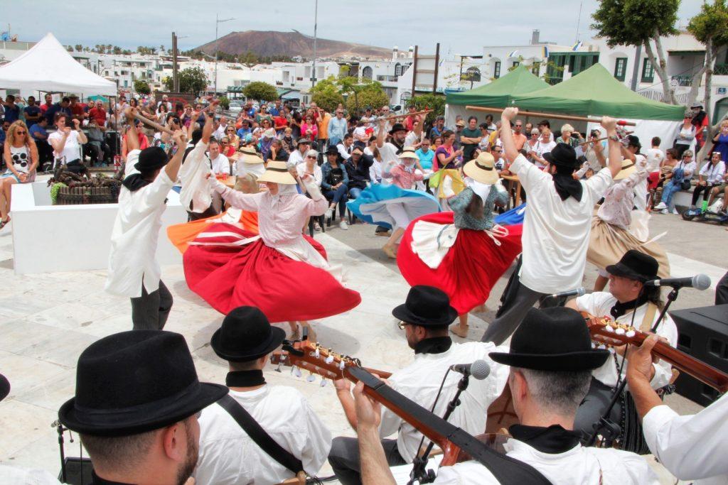 El pueblo hace la fiesta canaria en Playa Blanca