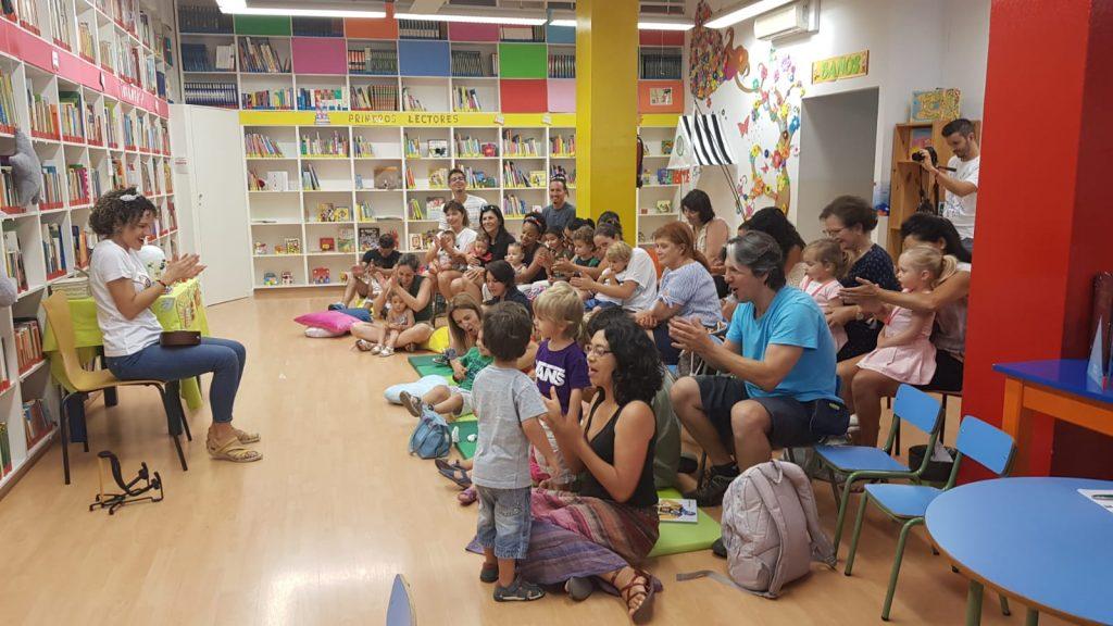 Quince familias disfrutaron de la Bebeteca viajera