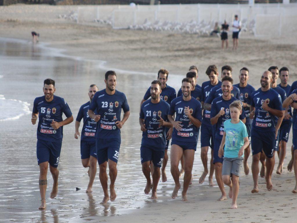La plantilla de la UD Lanzarote se ejercita en la playa de Las Cucharas