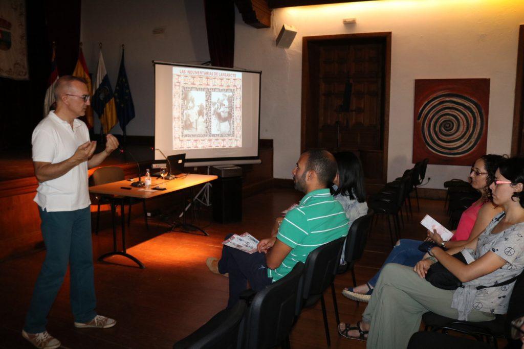 Yaiza se empapa, a través de una charla, sobre el bueno uso de la vestimenta tradicional de Lanzarote