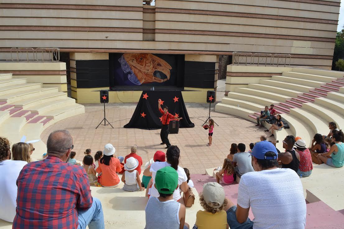 Tías dinamiza cada domingo la plaza de El Pavón para atraer y potenciar el ocio en las familias
