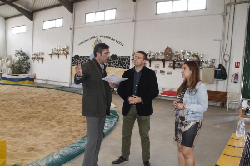 El Cabildo de Lanzarote transfiere cerca de 850.000 euros a Yaiza para financiar el Terrero de Lucha y varios programas de empleo, participación ciudadana y fiestas