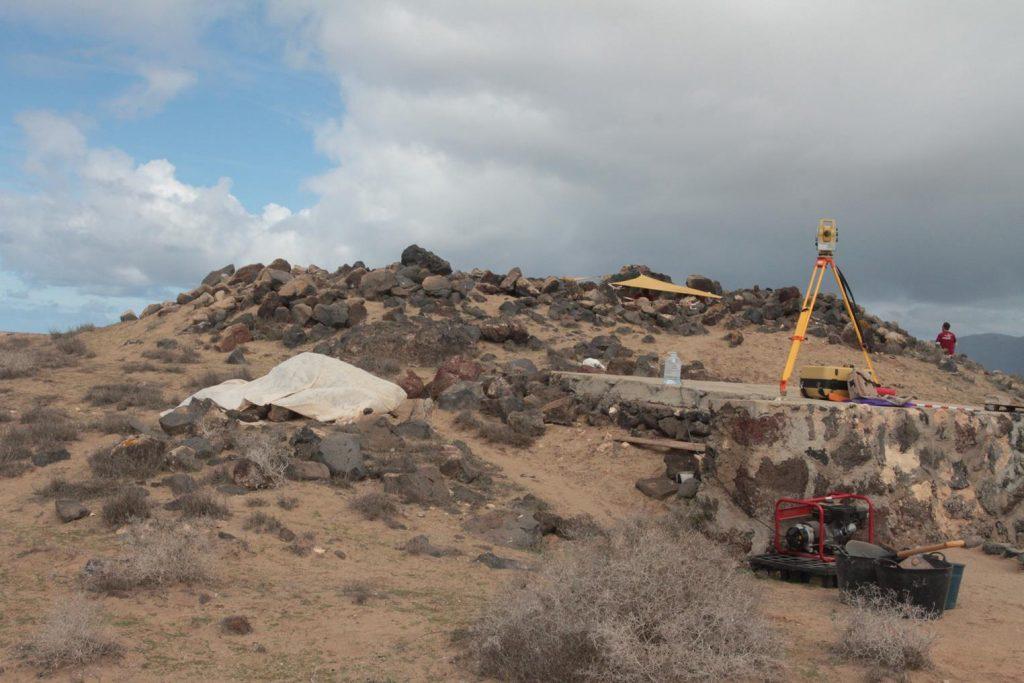 La nueva campaña arqueológica del Cabildo de Lanzarote en el Yacimiento de La Peña de Las Cucharas revela una nueva estructura aborigen en Fiquinineo que evidencia la dimensión del mismo y que «existen más casas de esta aldea enterradas»