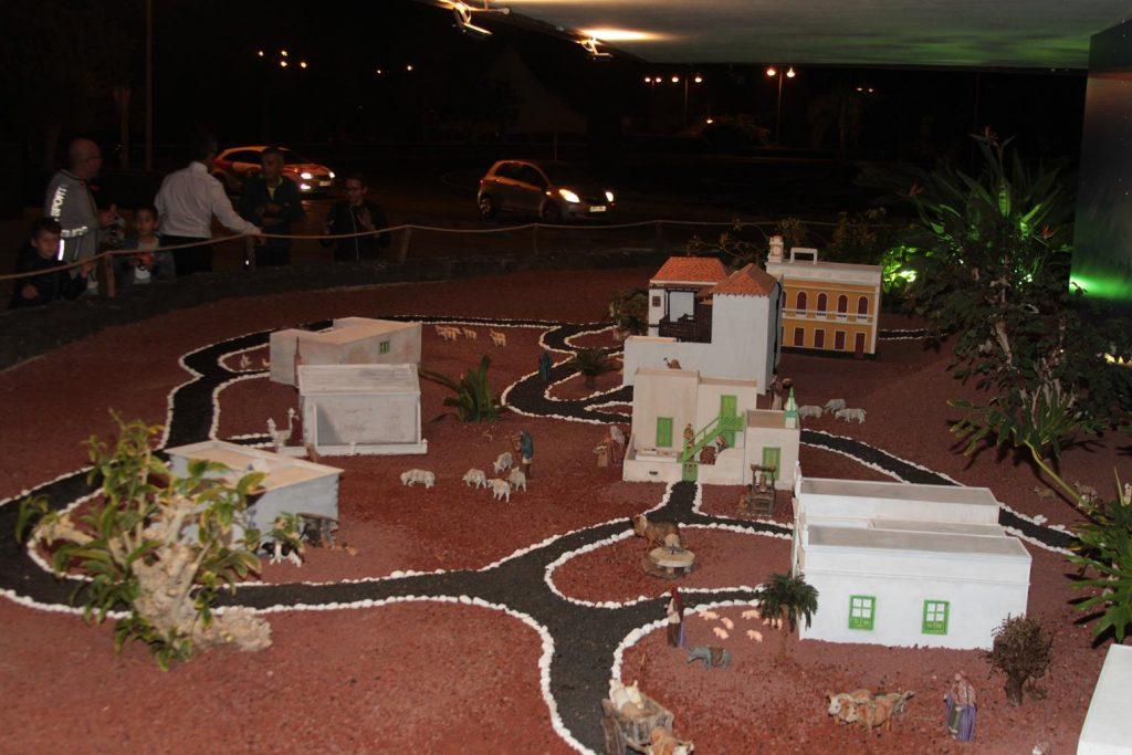 Un árbol de 50.000 puntos de luces led y un portal con edificios emblemáticos lanzaroteños dan la bienvenida a la Navidad en el Cabildo de Lanzarote