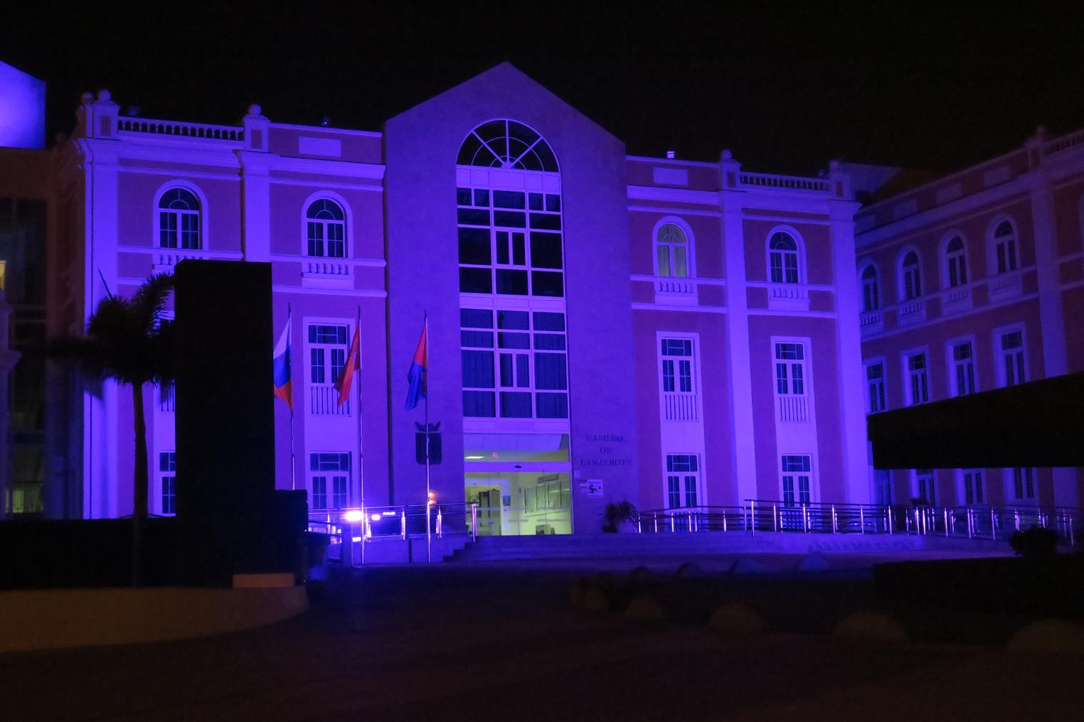 """El Cabildo de Lanzarote se iluminó de violeta con motivo del """"Día Mundial contra el cáncer"""""""