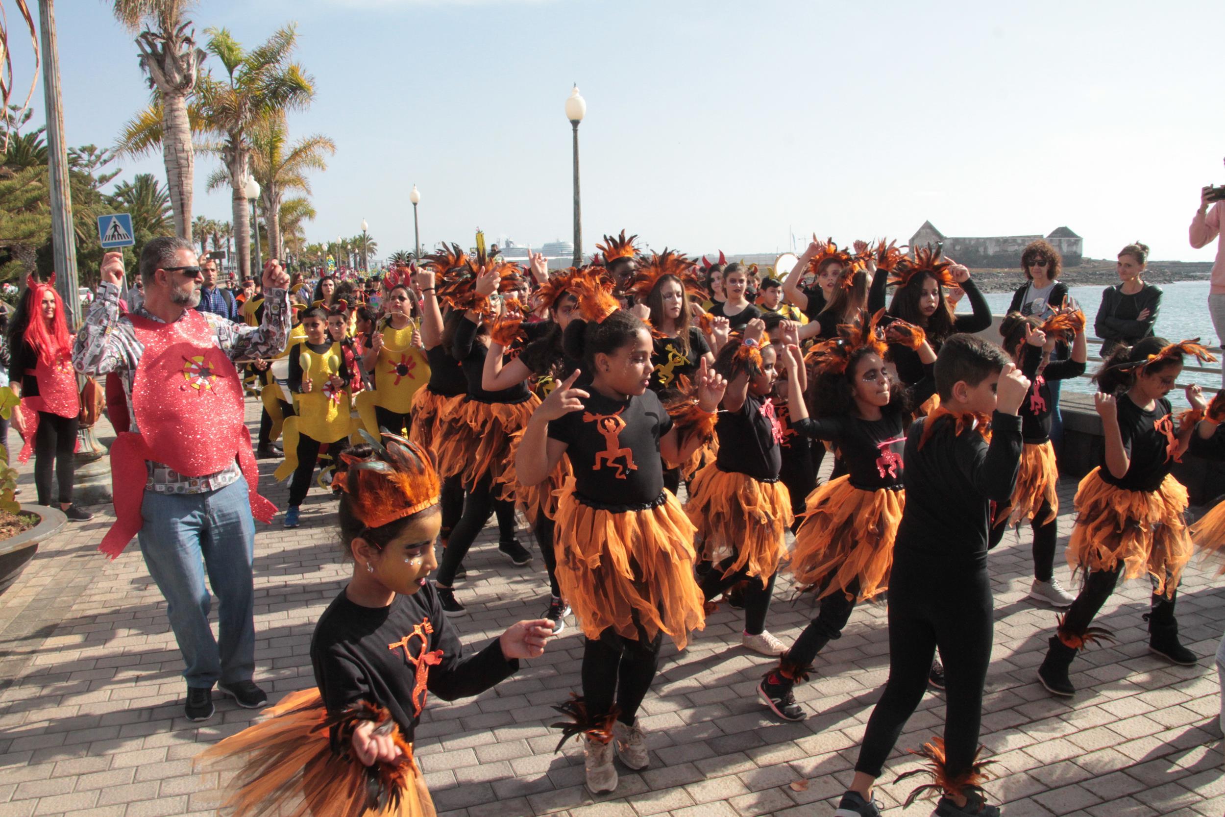 Éxito de diseños mariqueños y participación de escolares en el Carnaval Escolar por las calles de Arrecife