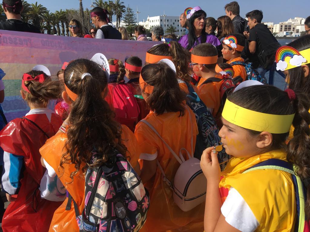 """La alcaldesa felicita al CEIP Benito Méndez Tarajano por la carrera """"Ponte tu Peluca"""" contra la LGTBI-fobia en el deporte"""