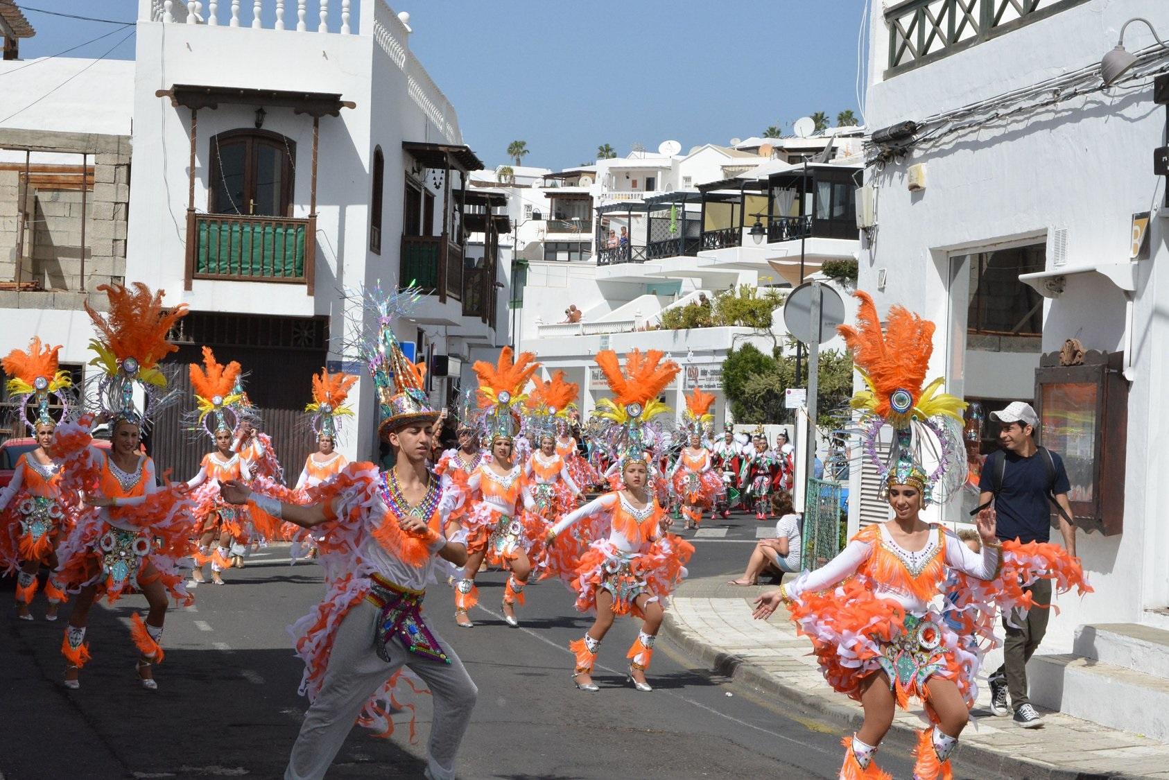 Tías finaliza con éxito sus carnavales de Puerto del Carmen, con el desfile chinijo y el Carnaval de Día de La Tiñosa