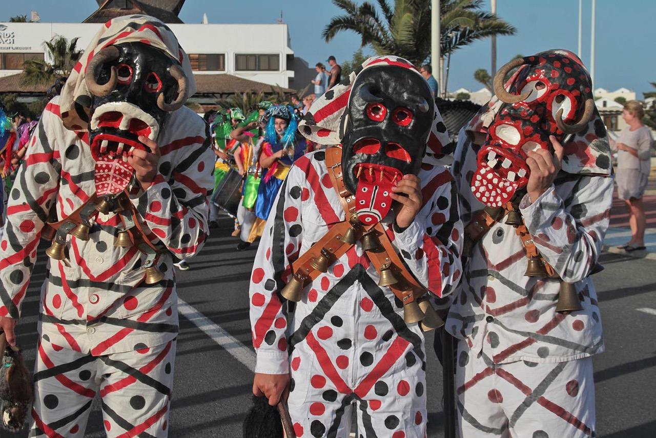 Un colorido pasacalles por el Mercadillo de la Villa cerró el fin de semana grande del Carnaval de Teguise.