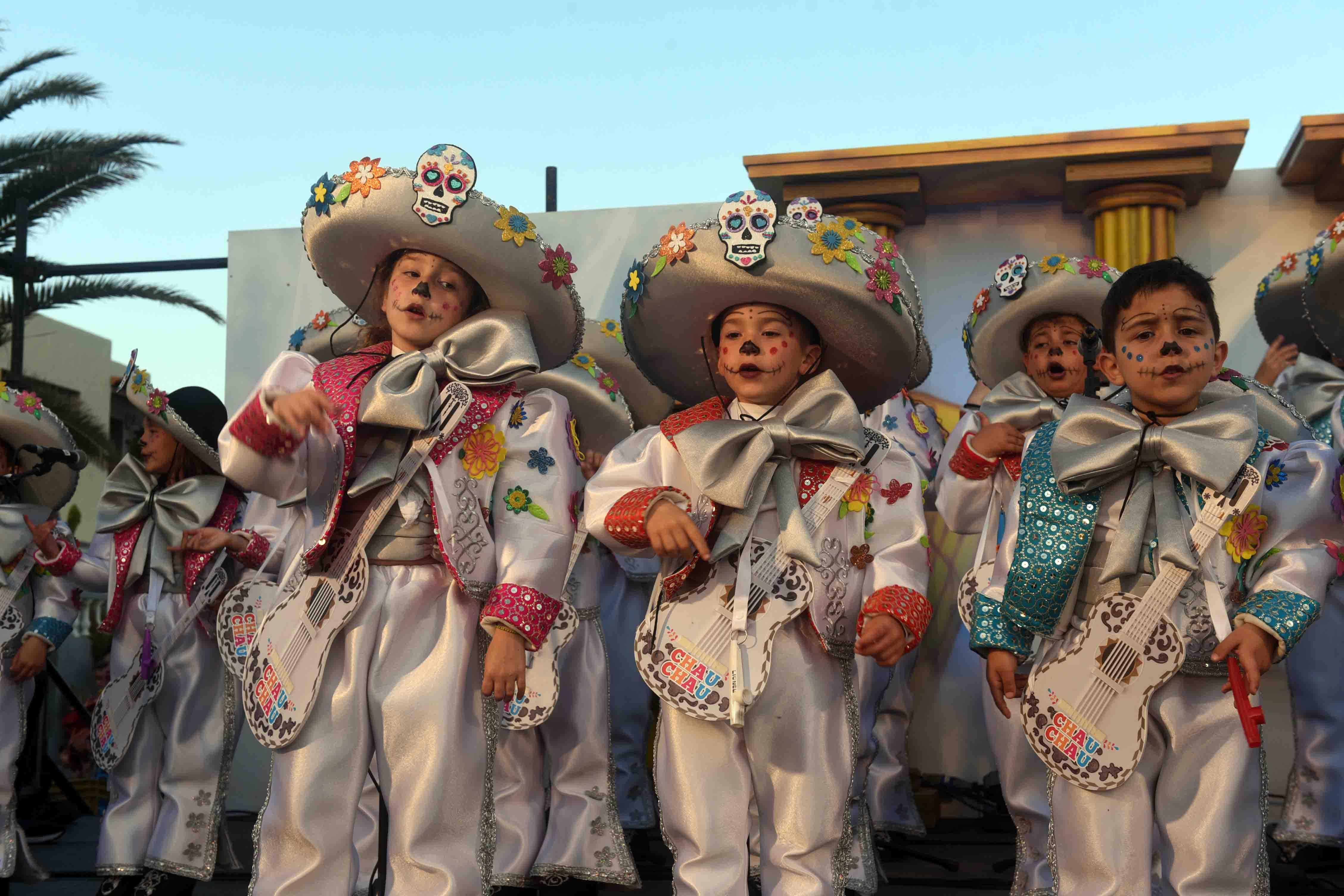 Pasacalles, quema del Guachinango, actuaciones de murgas infantiles y baile de máscaras pusieron el broche final al Carnaval de San Bartolomé en la localidad de Playa Honda