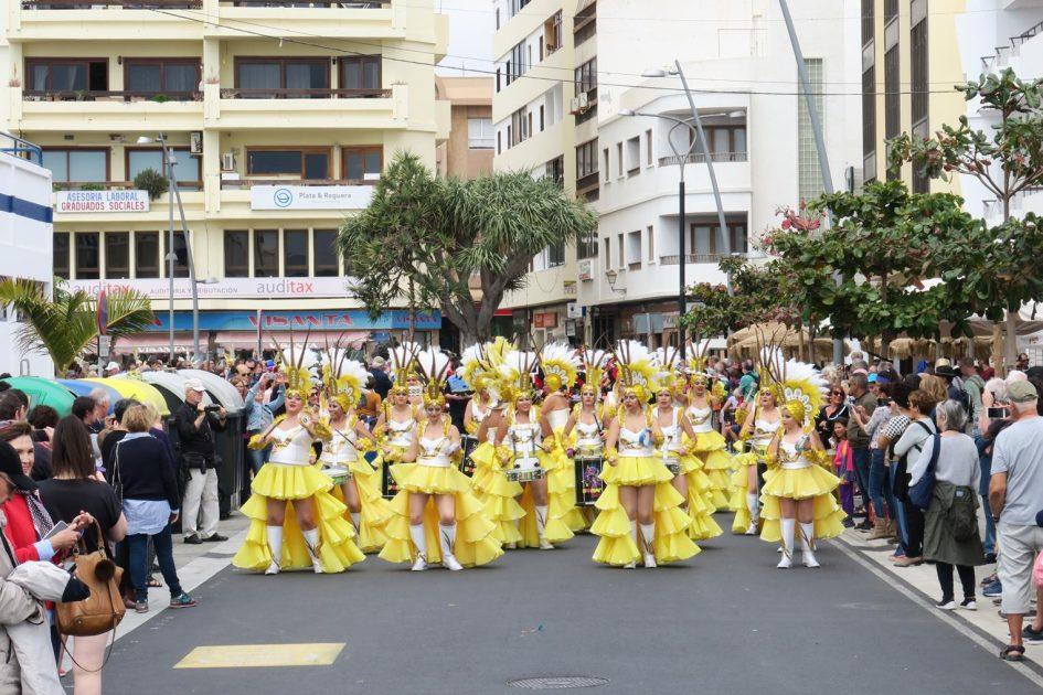 Comparsas y batucadas conquistan la Avenida de Arrecife