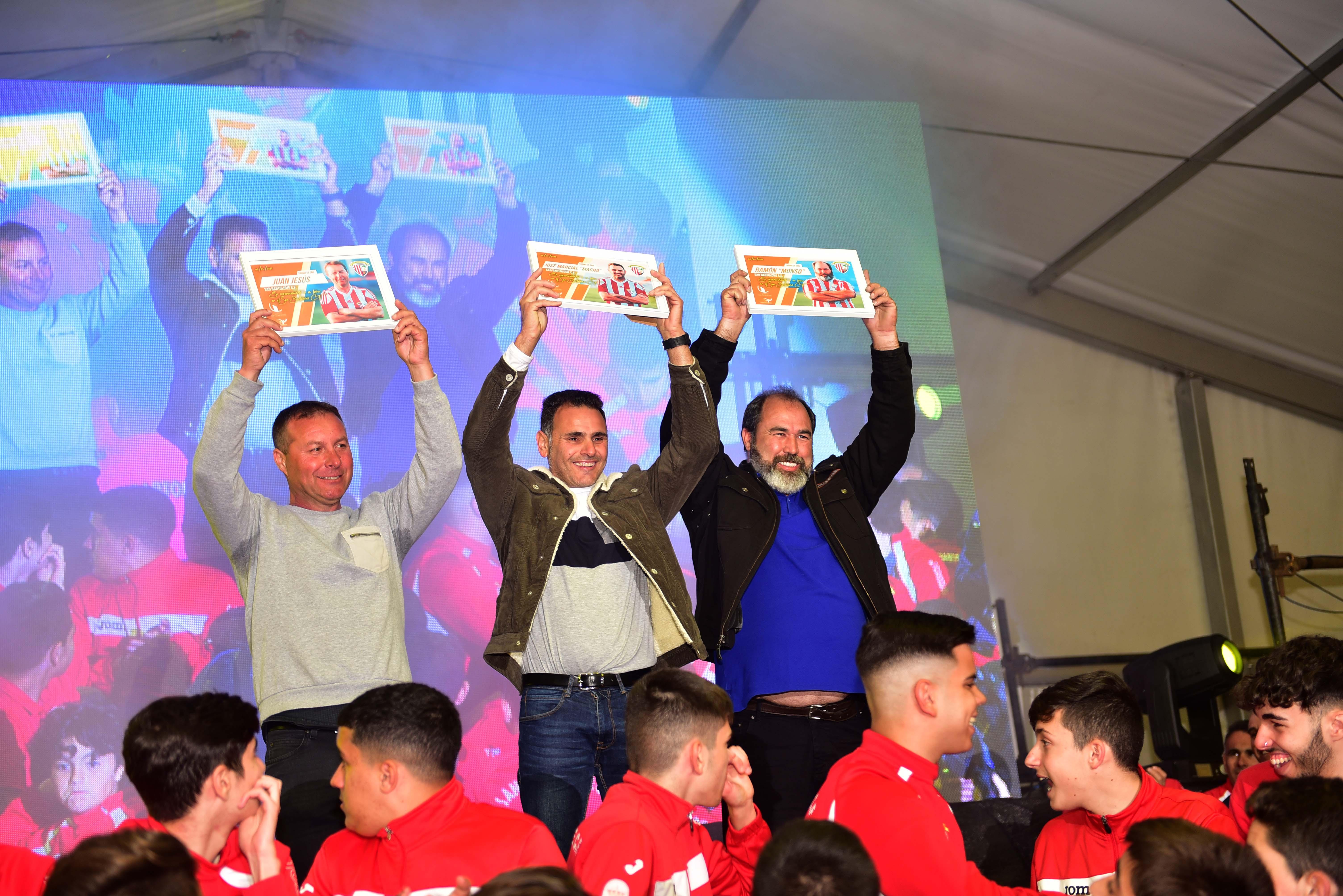 El San Bartolomé C.F. presentó a sus equipos en un gran evento con entrega del álbum de cromos y actuaciones musicales