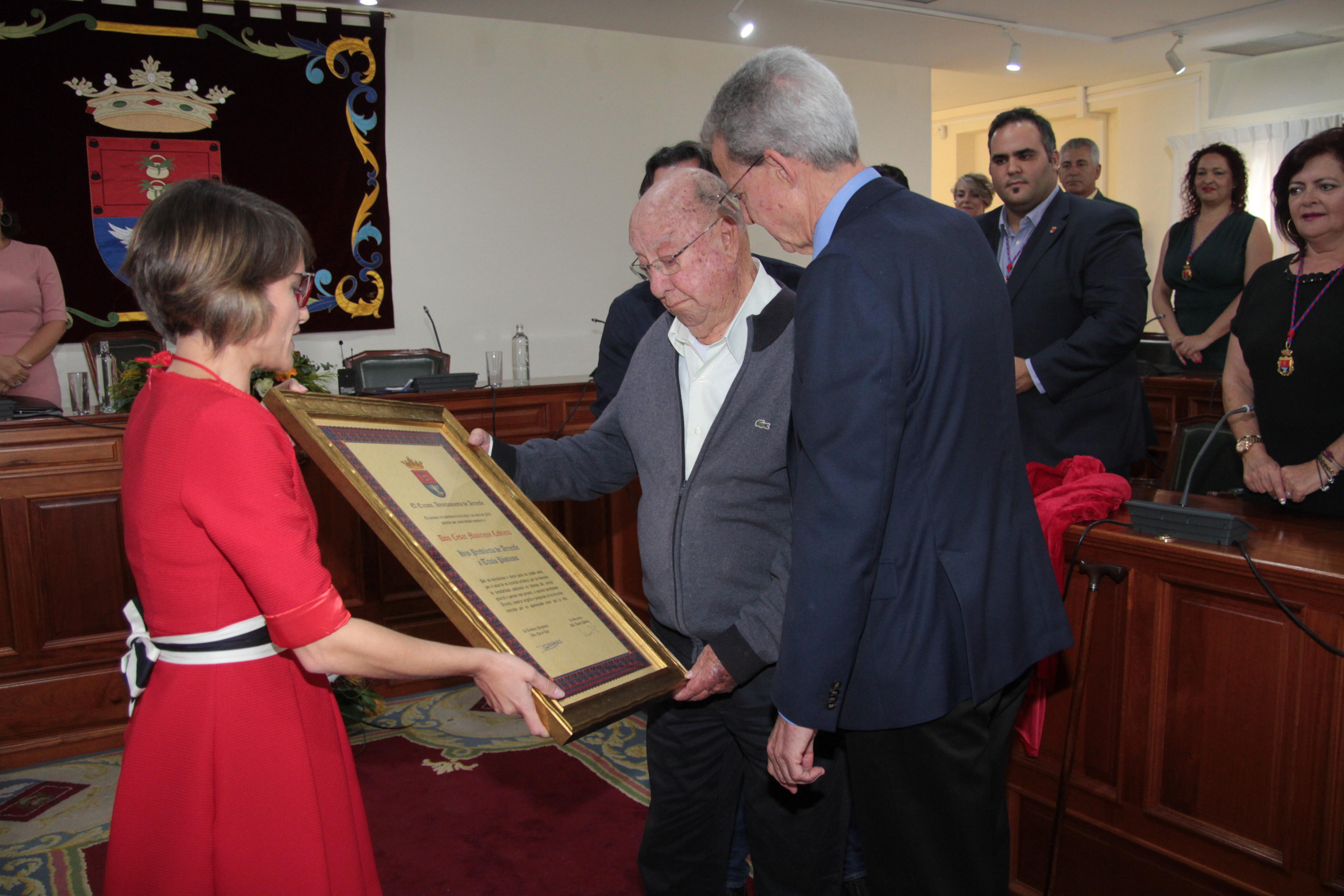 El Ayuntamiento de Arrecife entrega el nombramiento honorífico 'Hijo Predilecto' a la Fundación César Manrique