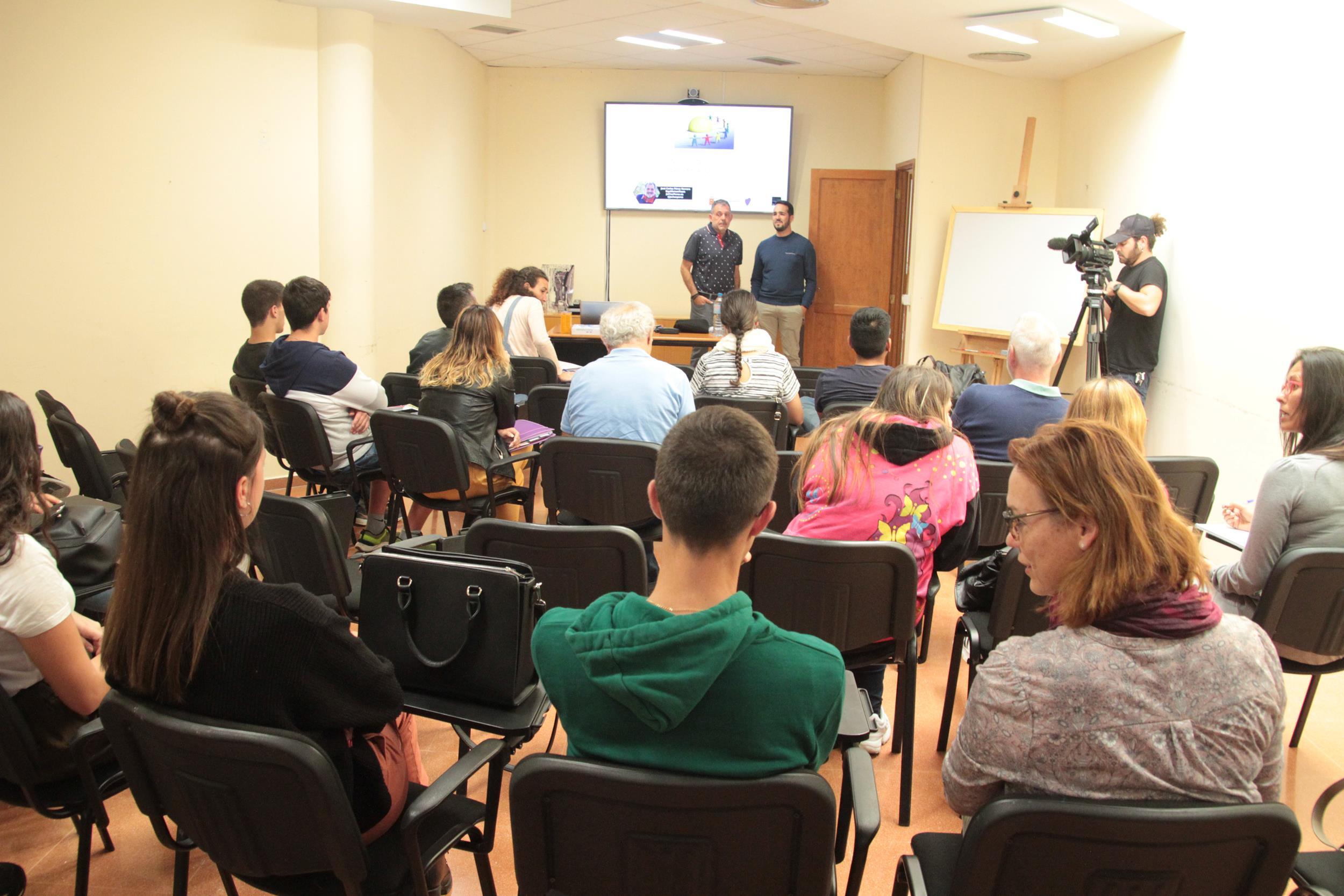Una treintena de autónomos y pequeños empresarios participan en el taller 'Inteligencia Social en el Emprendedor'