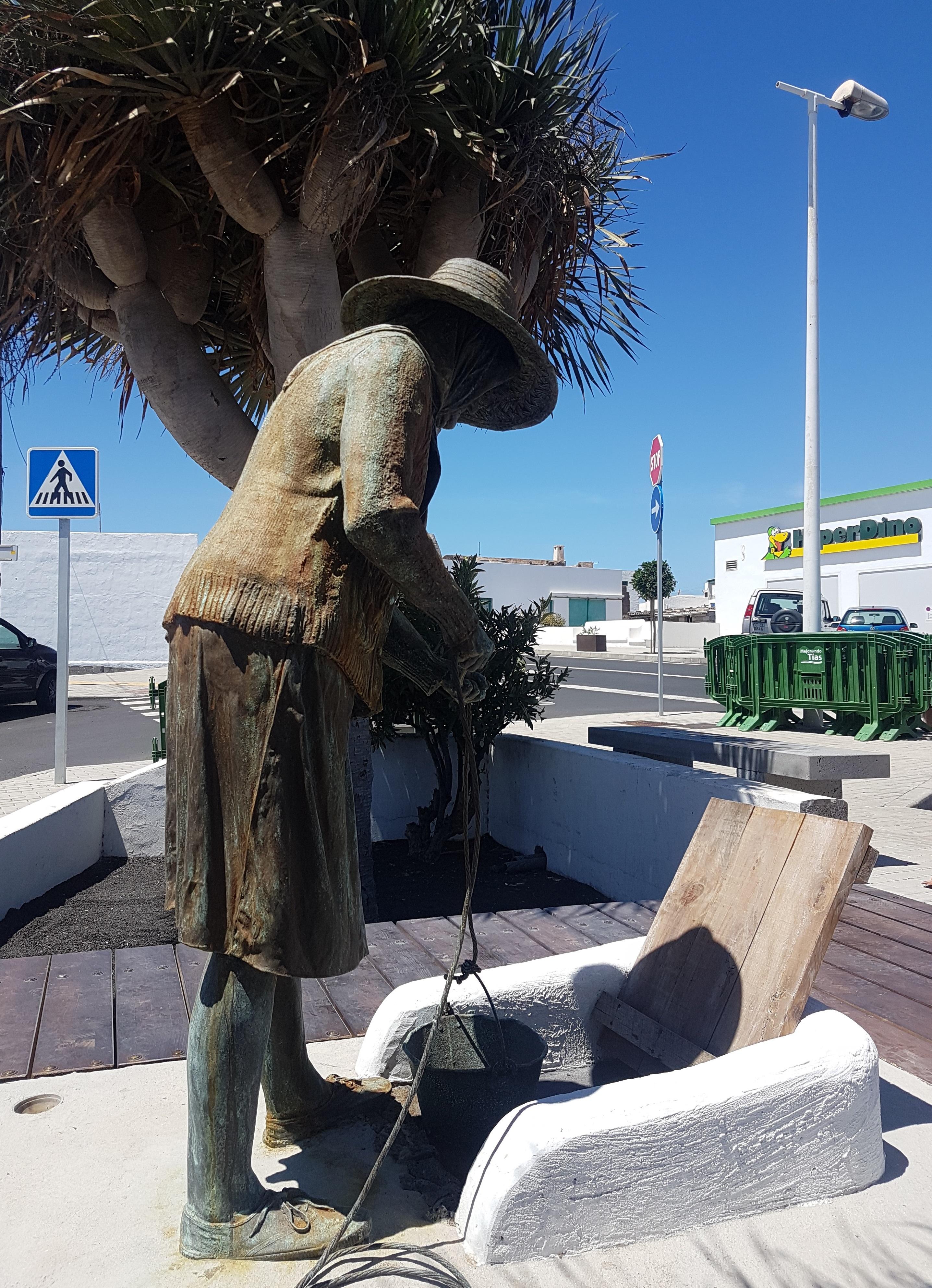 Tías dedica una escultura homenaje a la llegada del agua al sur de Lanzarote cuando se conmemoran los 50 años del gran aljibe y mareta que abasteció la comarca