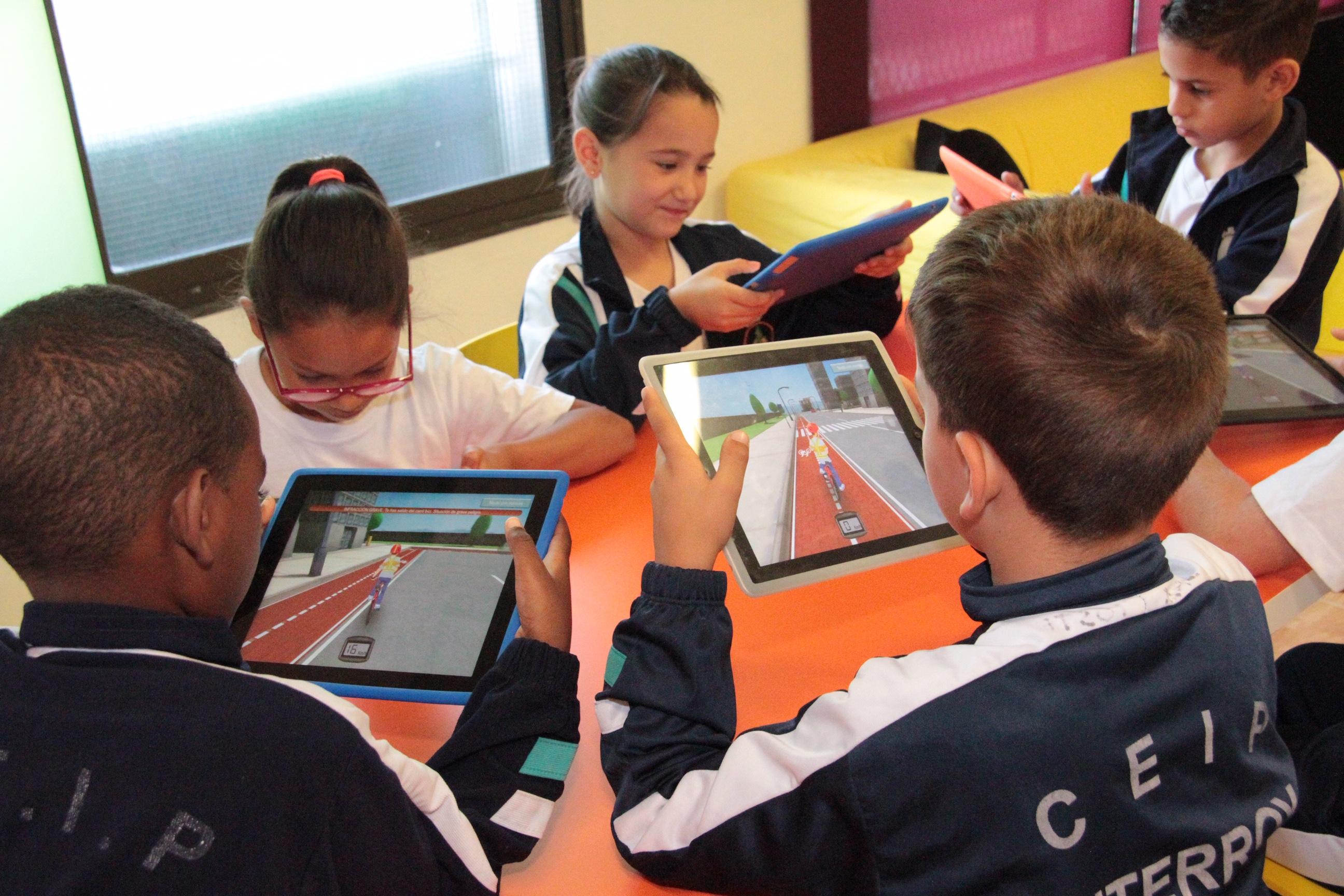El Cabildo de Lanzarote y la Fundación MAPFRE Guanarteme organizan los talleres educativos 'Seguridad vial con iPad. Bicis y cascos'