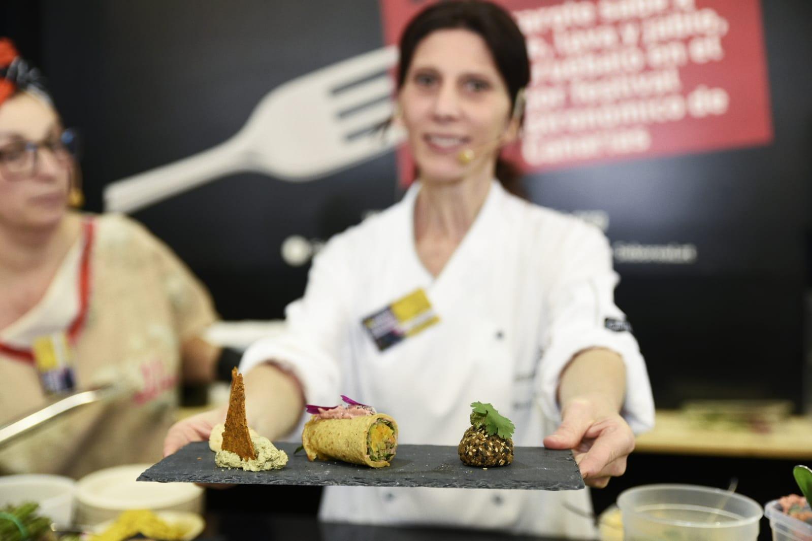 El presidente en funciones del Cabildo de Lanzarote felicita a Gonzalo Calzadilla, vencedor del XV Campeonato de Canarias Absoluto de Cocina