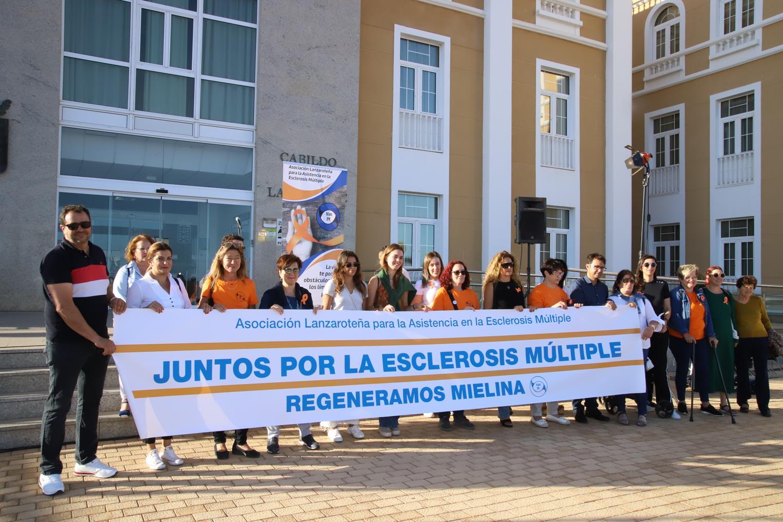 El Cabildo de Lanzarote se ilumina de color naranja en apoyo a las reivindicaciones de los afectados por Esclerosis Múltiple