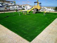 Los parques infantiles del centro de Tías estrenan el nuevo suelo de césped y  atracciones biosaludables