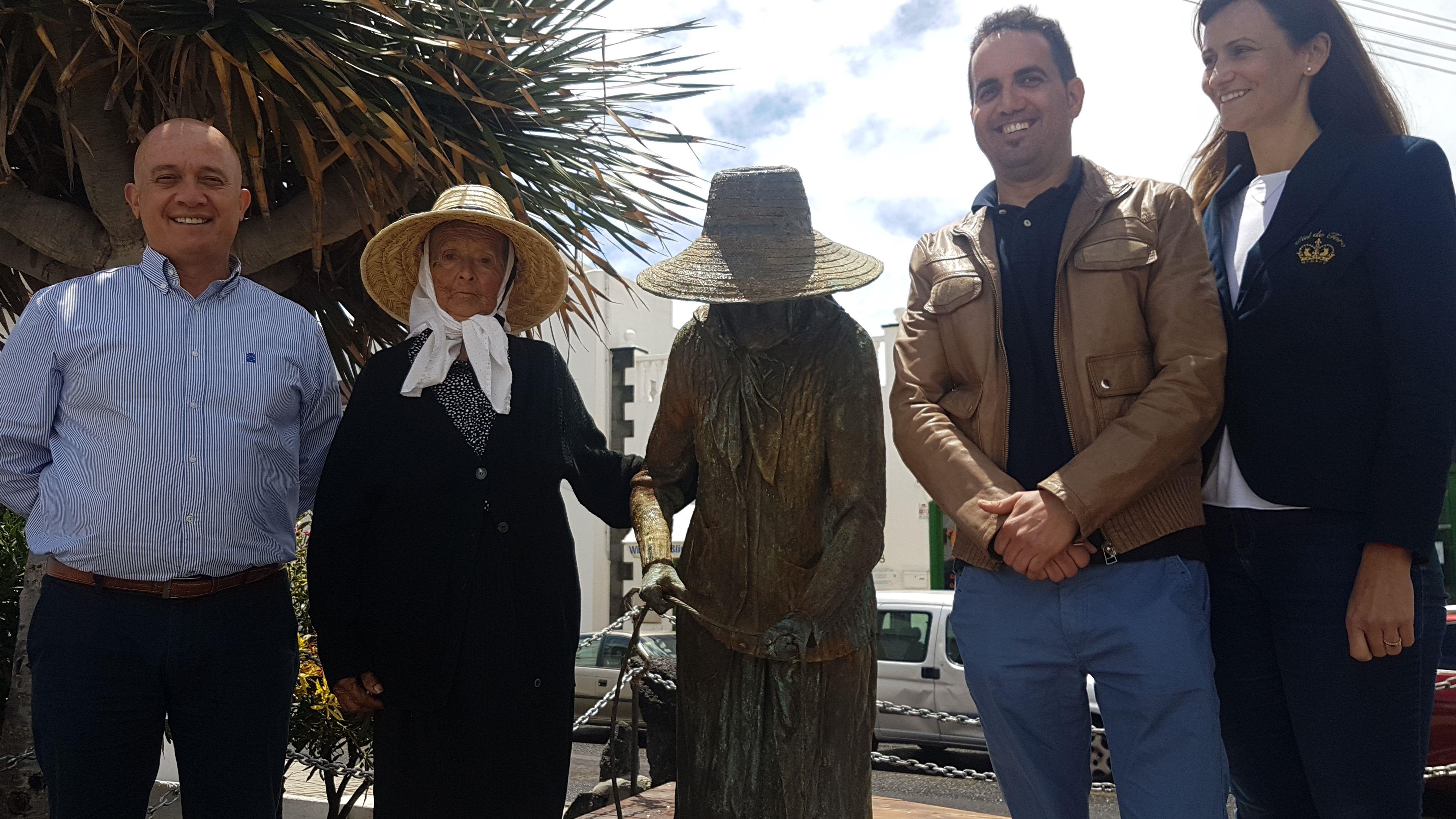 La campesina Carmen Hernández, de 93 años, se reencuentra con la escultura que inspiró al Ayuntamiento de Tías para homenajear la llegada del agua al sur de Lanzarote