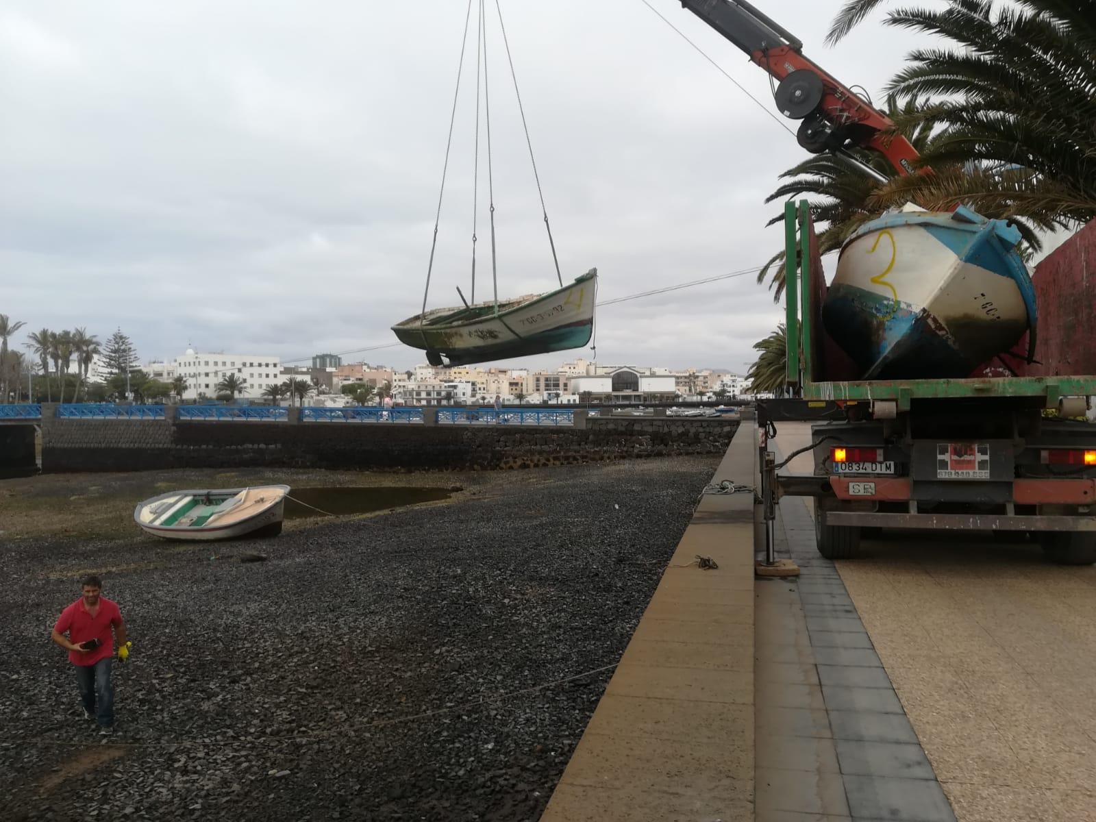 El Ayuntamiento de Arrecife retira embarcaciones abandonadas del Charco de San Ginés
