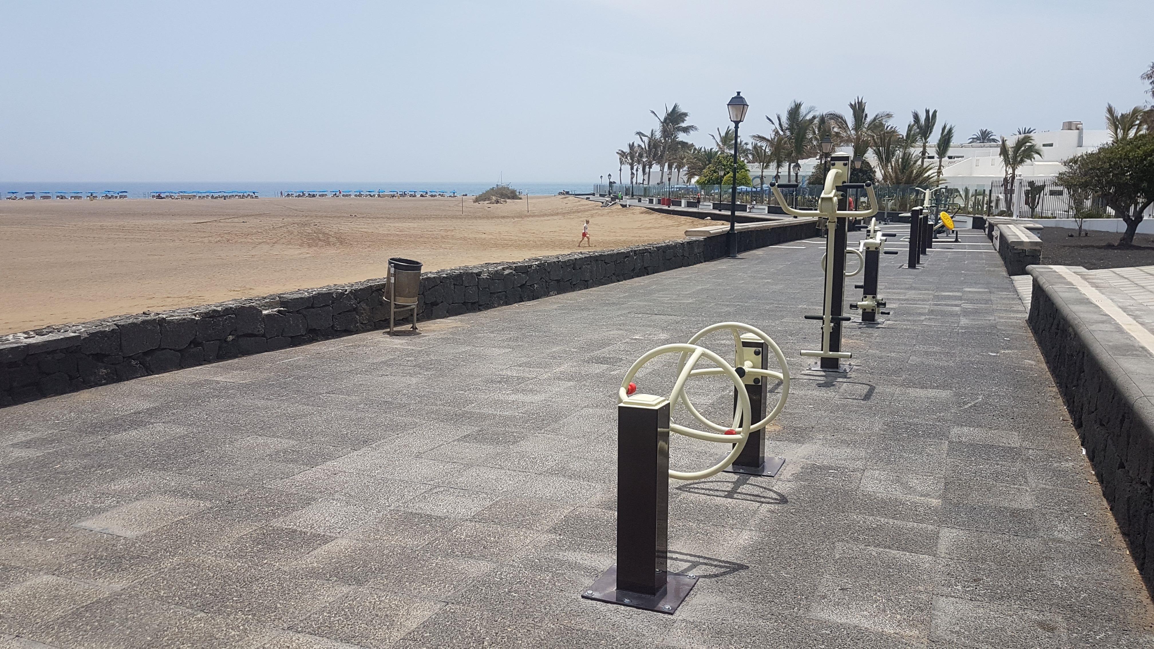 Tías instala en Puerto del Carmen un gimnasio al aire libre para personas con discapacidad