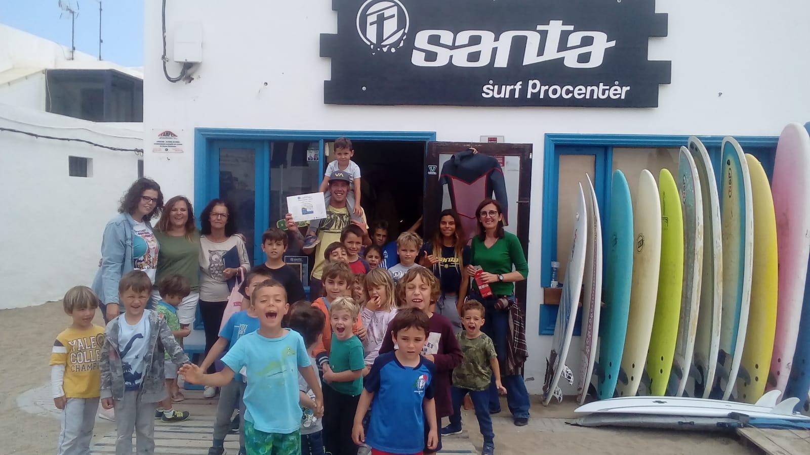 El Cabildo de Lanzarote felicita a las familias y comunidad educativa del Colegio de la Biosfera del CEIP de Famara por su campaña 'Famara, un mar de agua y no de plástico'