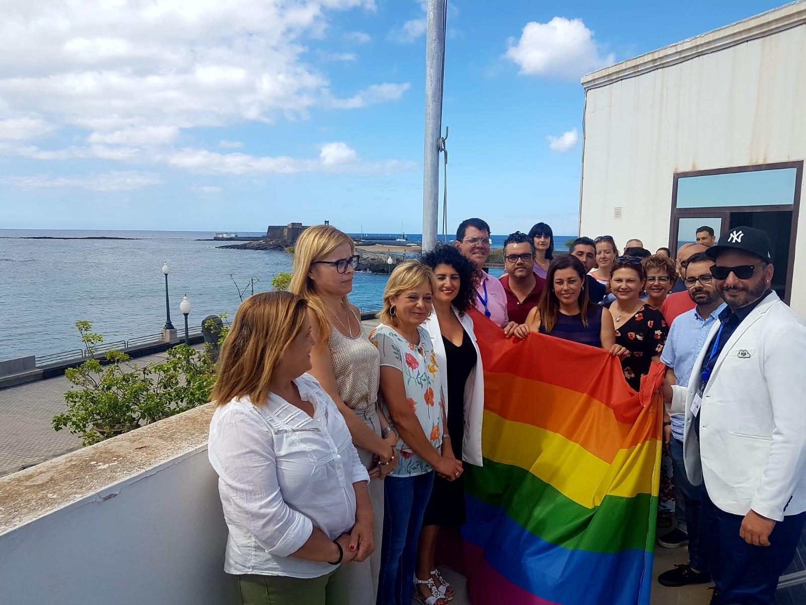 La bandera del Orgullo ondea en el Ayuntamiento de Arrecife