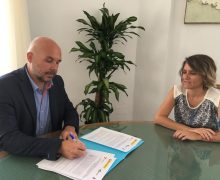 Eva de Anta firma el Acta de la reunión institucional para la regularización de las 70 viviendas de Valterra