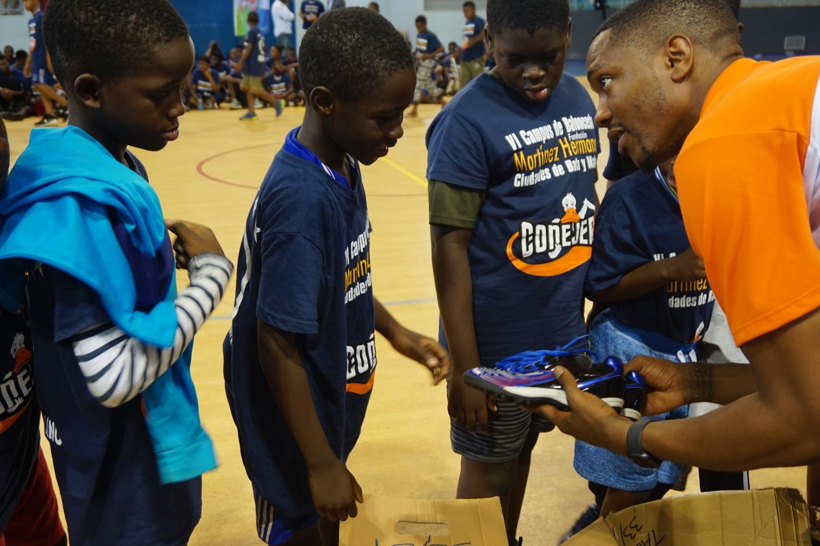 Cientos de niños y niñas de Guinea Ecuatorial se calzan las 'Zapatillas Solidarias' de Lanzarote