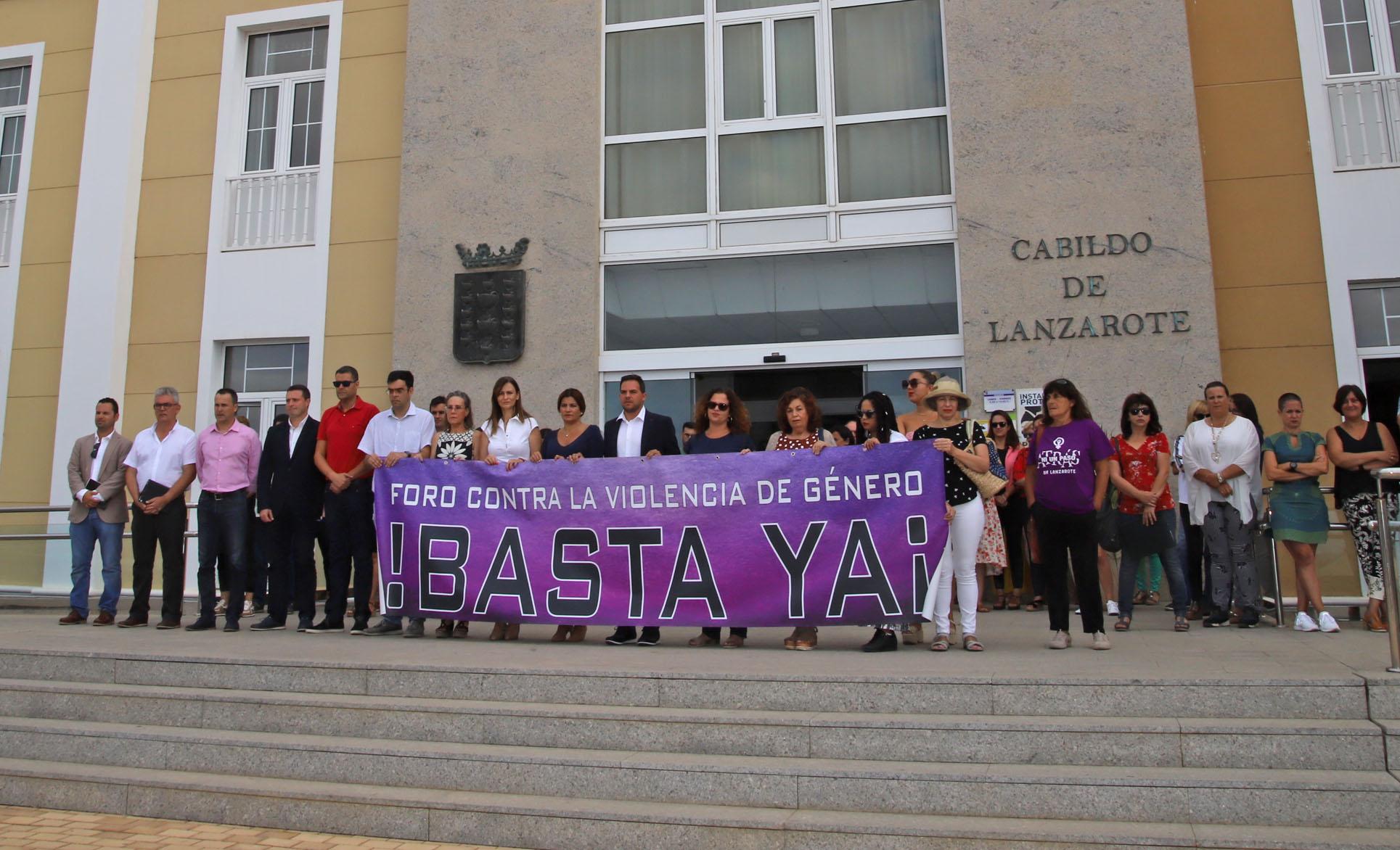 Minuto de silencio por Romina Celeste Núñez, víctima de violencia de género, en el Cabildo de Lanzarote
