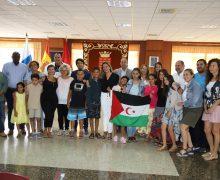 Mª Dolores Corujo recibe a los pequeños 'embajadores' del pueblo saharaui