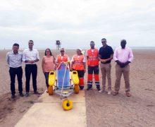 El servicio de acompañamiento y apoyo al baño dirigido a personas con movilidad reducida está disponible en la playa de Guacimeta hasta el mes de octubre