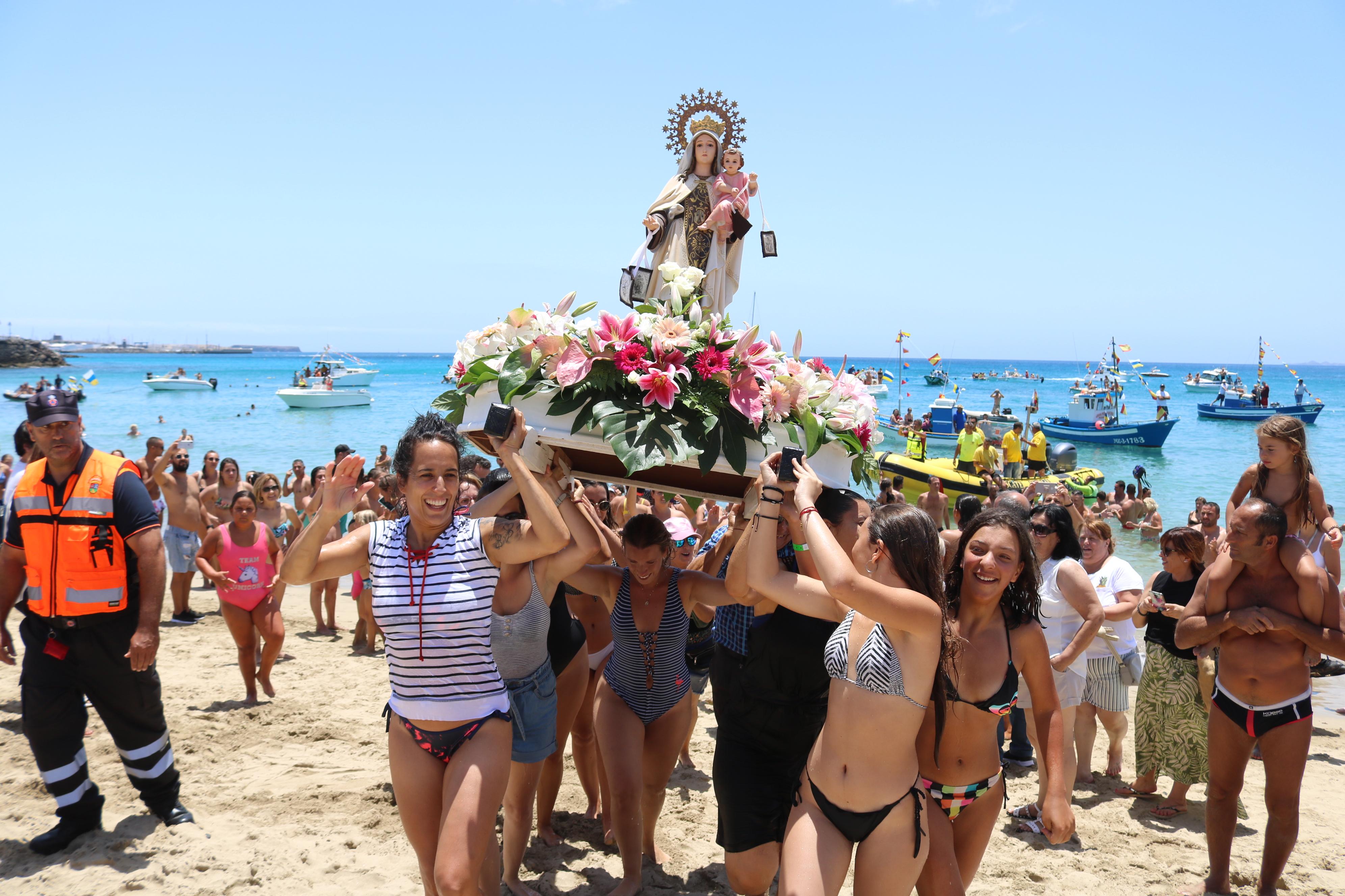 La Virgen del Carmen se da un baño de masas en su fiesta marinera de Playa Blanca