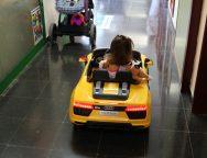 Los niños del Hospital Doctor José Molina Orosa de Lanzarote van a quirófano en cochecito eléctrico