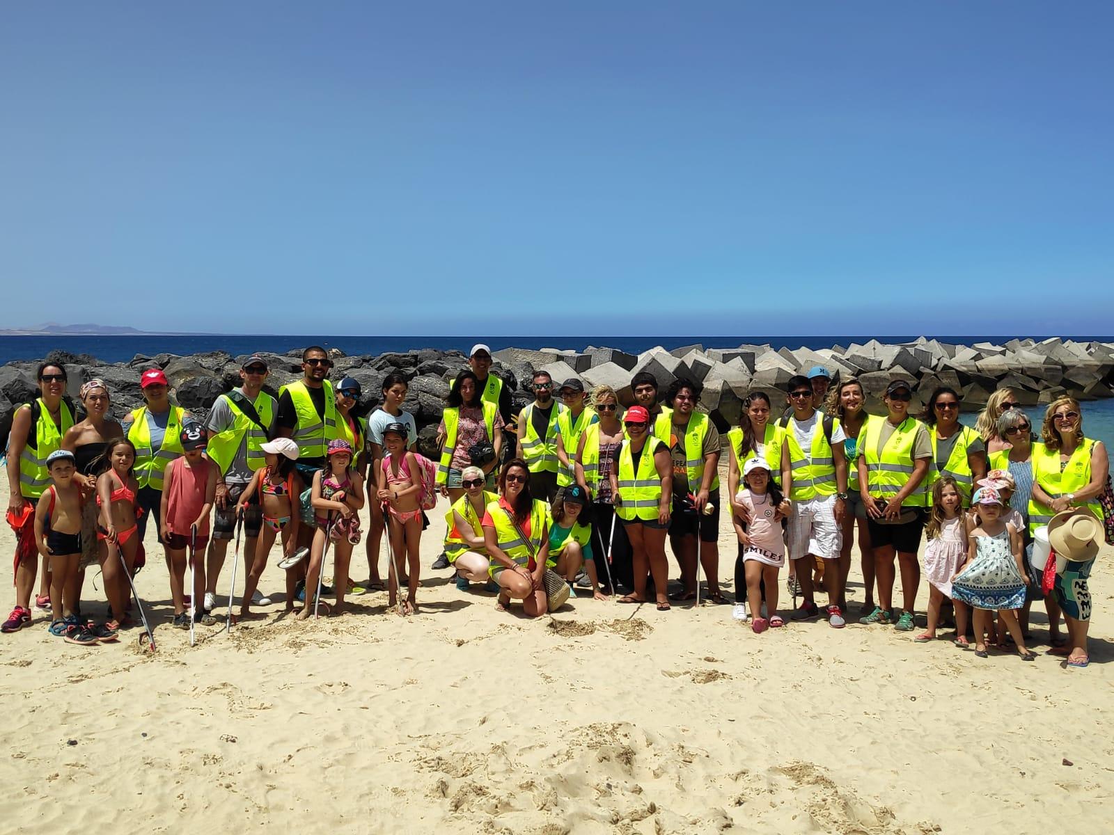 Voluntarios retiran kilos de residuos de Playa Flamingo y su fondo marino