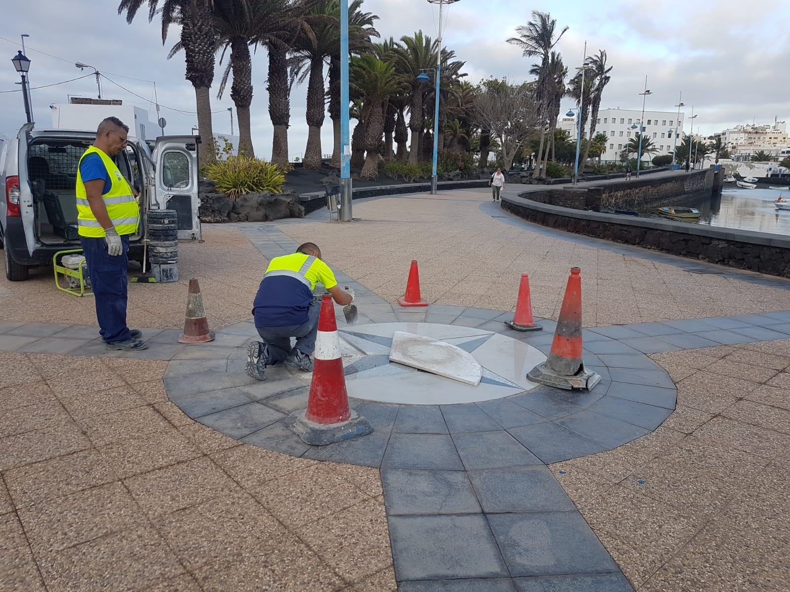 El Ayuntamiento de Arrecife restaura la 'Rosa de los Vientos' diseñada por Manrique para el Charco de San Ginés