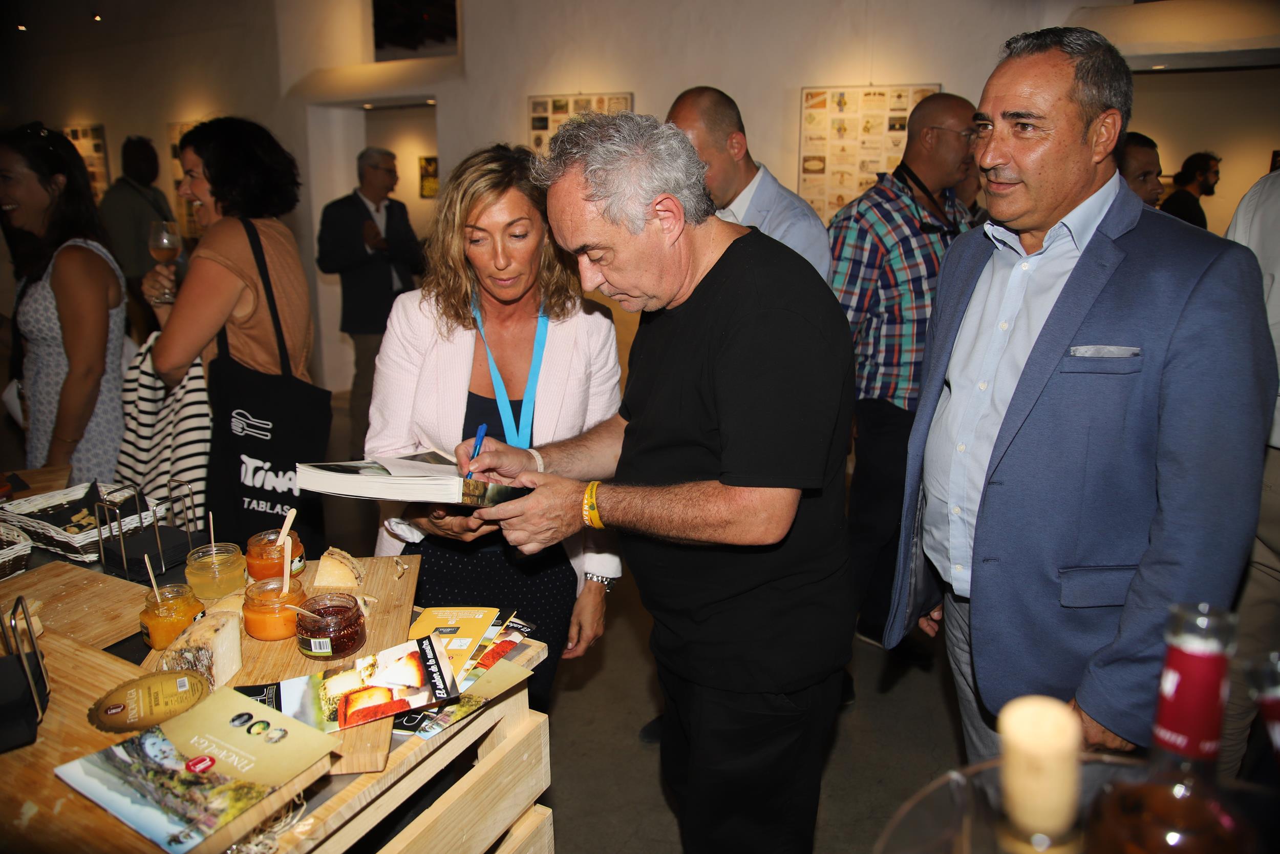 Cerca de 200 profesionales del sector de la restauración y la gastronomía de Lanzarote se dan cita en el 'Encuentro con Ferrán Adriá'
