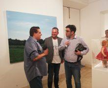 """Pepe Betancort, ovacionado durante la inauguración de su obra """"Antropología de un asesinato"""""""