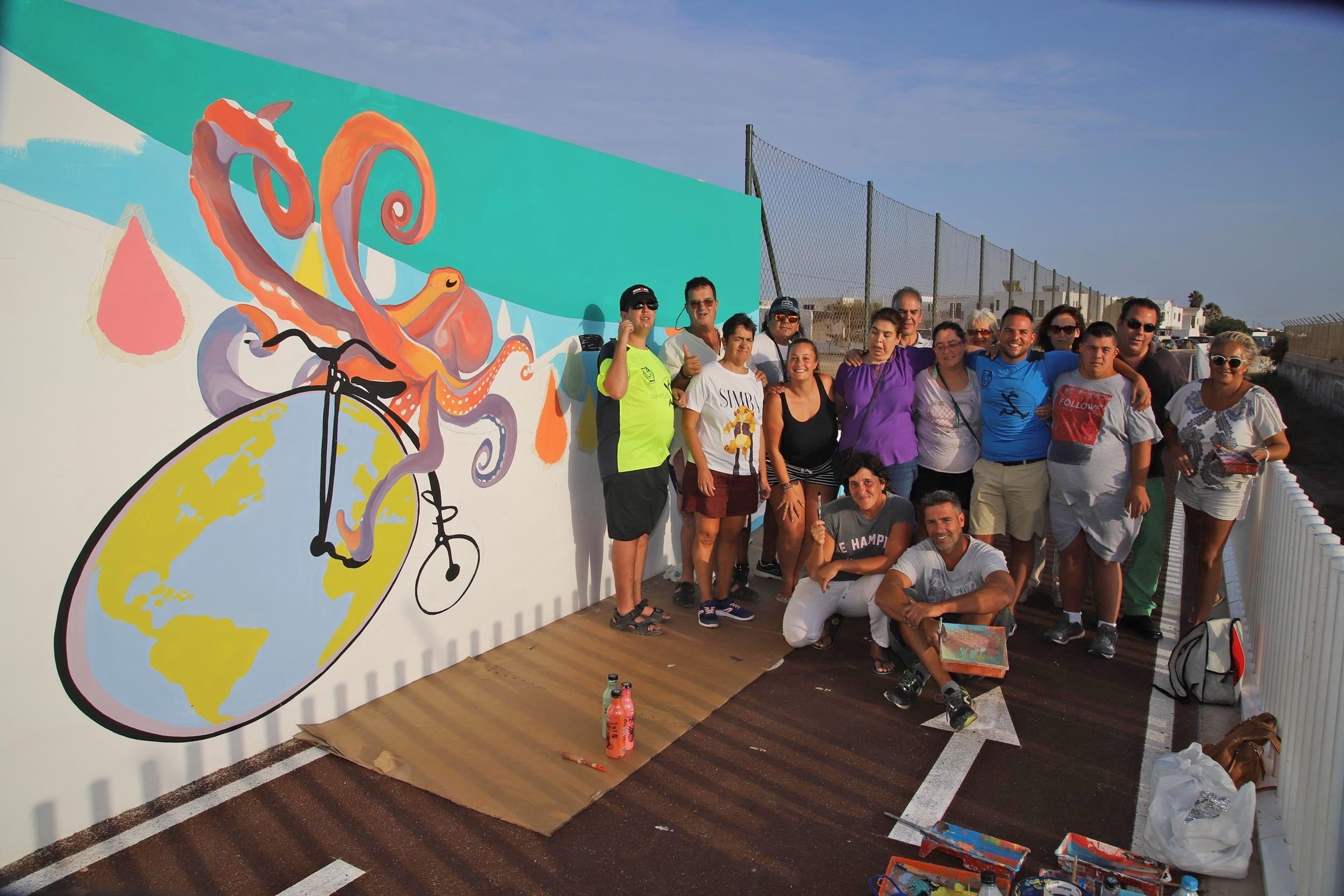La Asociación Tinguafaya colabora en la realización de los murales del carril bici que une Playa Honda con el Aeropuerto
