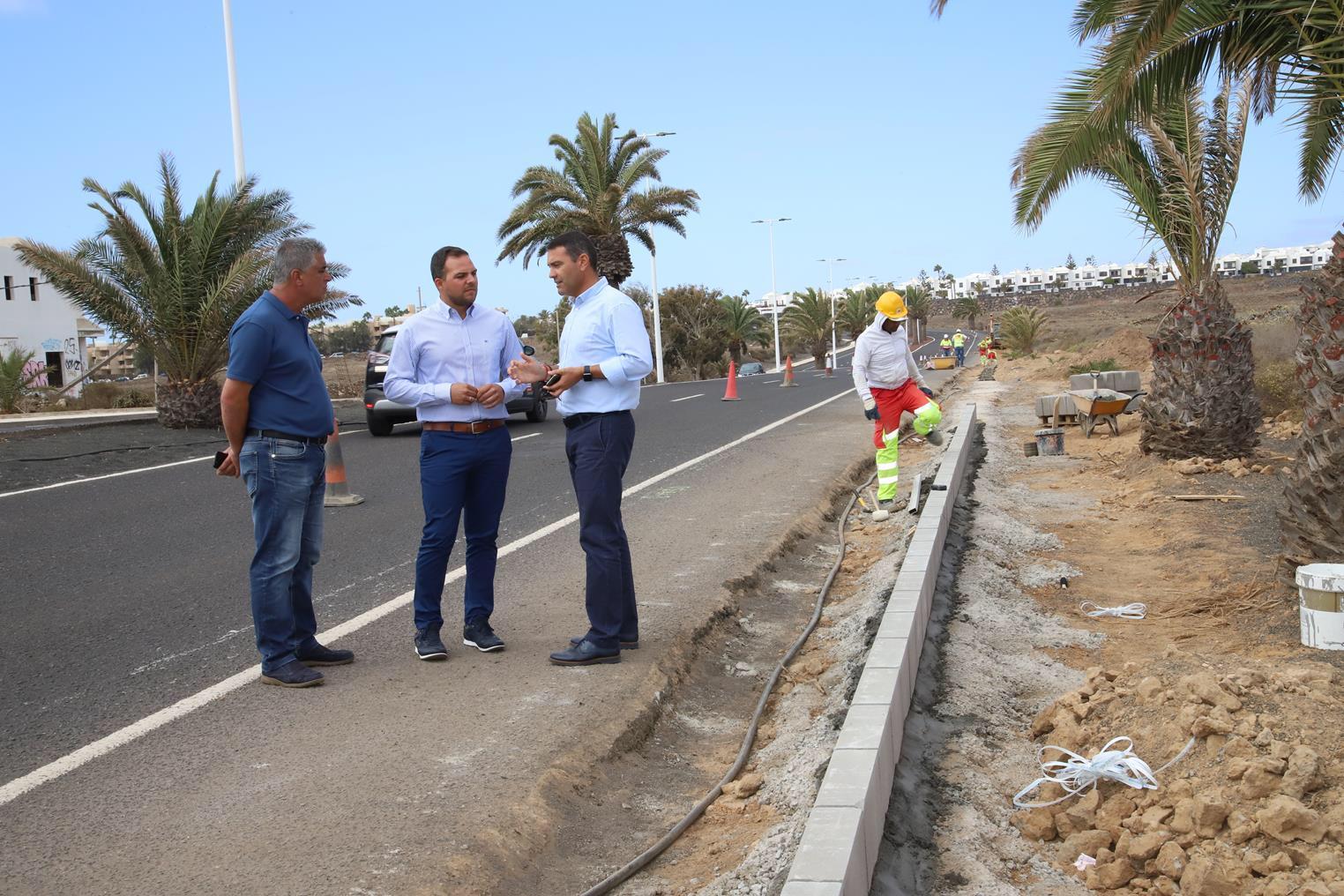 Obras Públicas del Cabildo inicia los trabajos de construcción de aceras en la Avenida de Las Palmeras en Costa Teguise